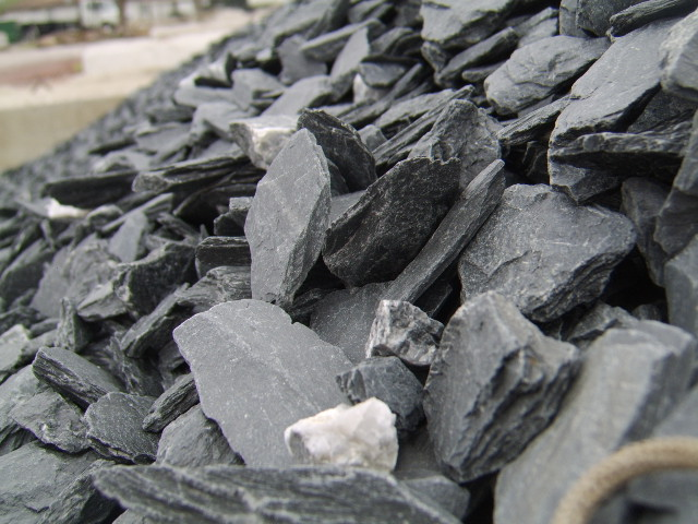 slate type crushed stone, slate chips photo